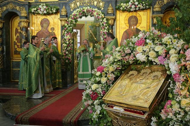 «Светом Духа просветихомся»: в День Святой Троицы митрополит Кирилл совершил Божественную литургию в Свято Троицком кафедральном соборе